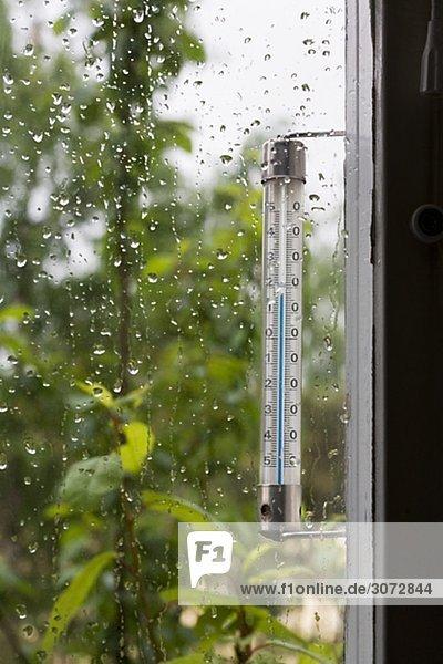 Ein Thermometer außerhalb eines Fensters