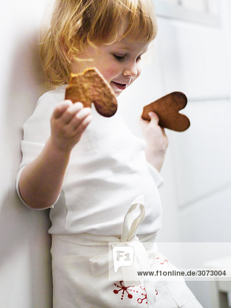 klein Lebkuchen backen backend backt Mädchen