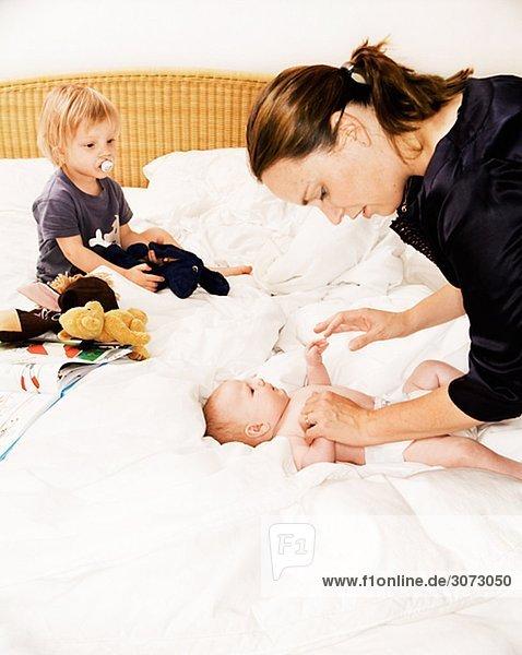 Eine Mutter mit zwei Kindern Schweden