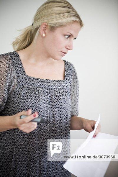 Eine Frau ein Kollege Schweden anhören.