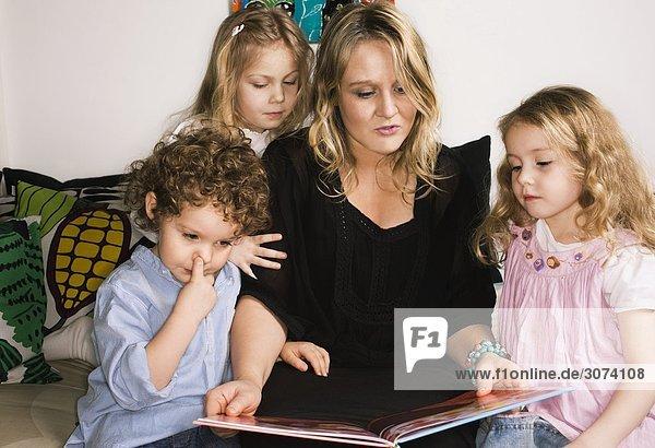 Eine Mutter nach Schweden ihre Kinder lesen.