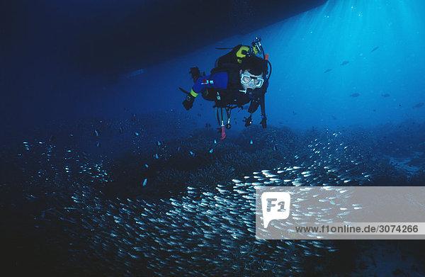 Man Tauchen in Unterwasser Meerblick