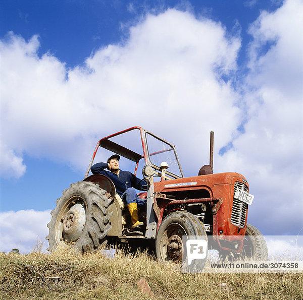 Mitte Erwachsenen Mann in Traktor gegen Himmel Untersicht