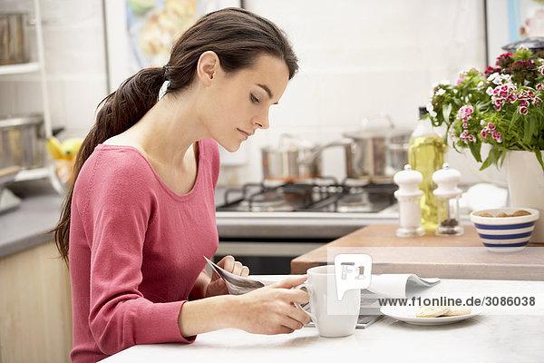 junge Frau junge Frauen Zeitschrift trinken Kaffee vorlesen