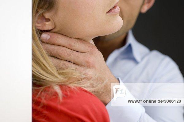Close up Ernte von Mann mit seinen Händen um eine Frau Hals