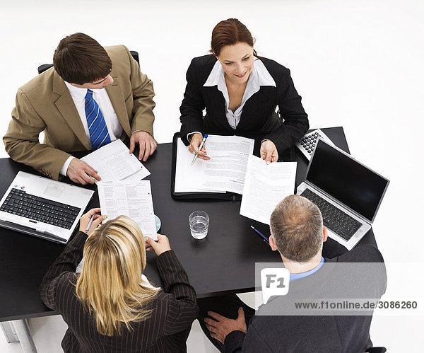 Geschäftsleute sitzend an einem Tisch  Erhöhte Ansicht