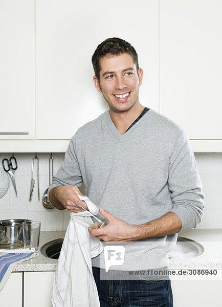 Glücklicher Mann beim Abwaschen