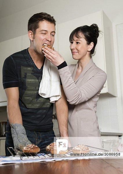 Frau und Mann in der Küche