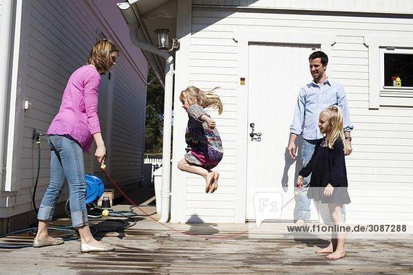 Mädchen springt über das Seil