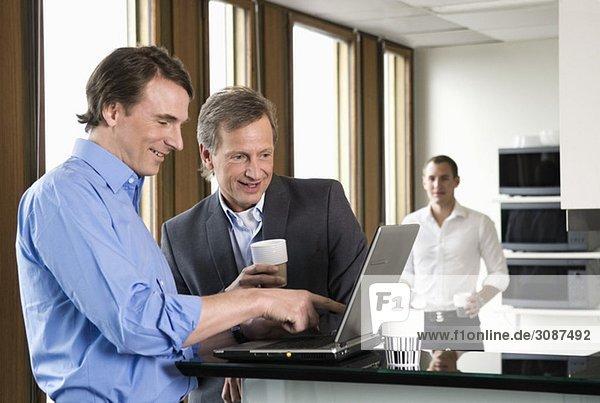 Kollegen mit Laptop