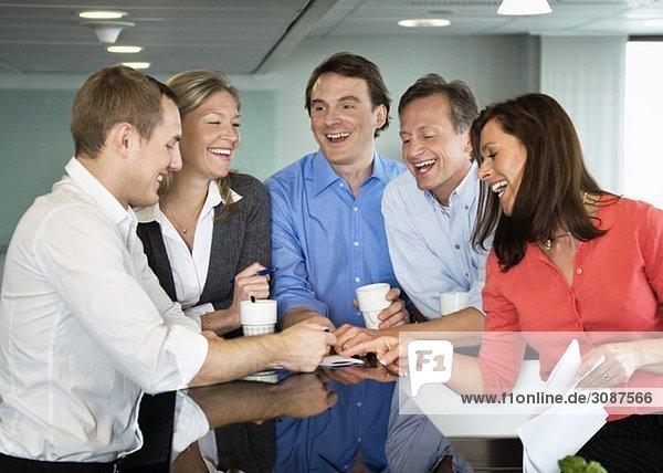 Treffen mit fünf Personen in der Kantine
