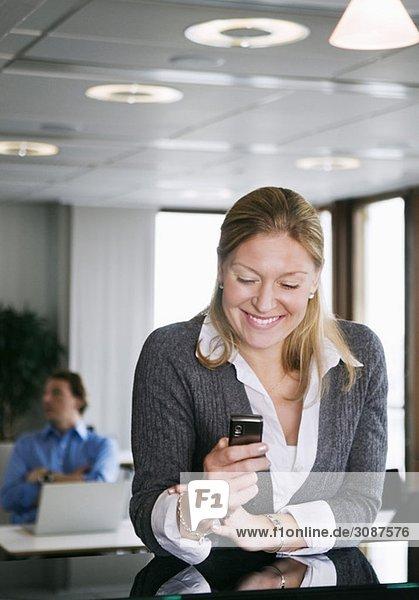 Frau liest am Telefon