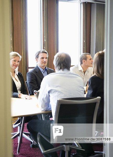 Personen im Konferenzraum