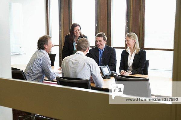 Kleingruppe im Konferenzraum