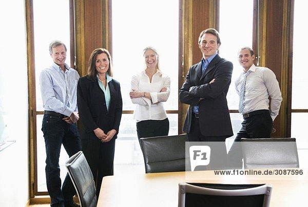 Fünf Kollegen posieren