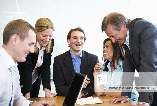 Teamarbeit im Konferenzraum