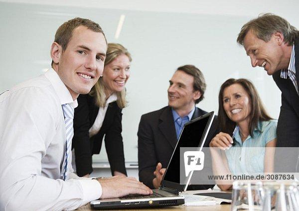 Fünf Personen am Konferenztisch