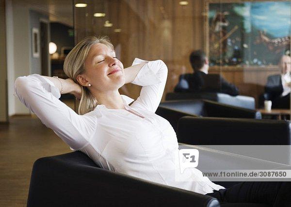 Geschäftsfrau im Sessel wartend