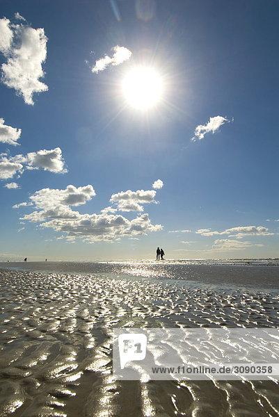 Menschen am Strand  Sankt Peter-Ording  Schleswig-Holstein  Deutschland