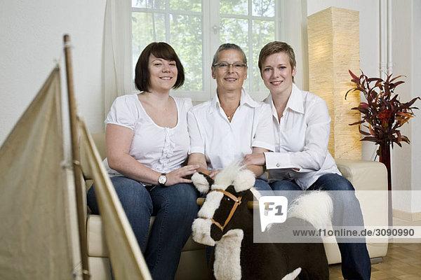 Formales Porträt einer Mutter und ihrer beiden Töchter