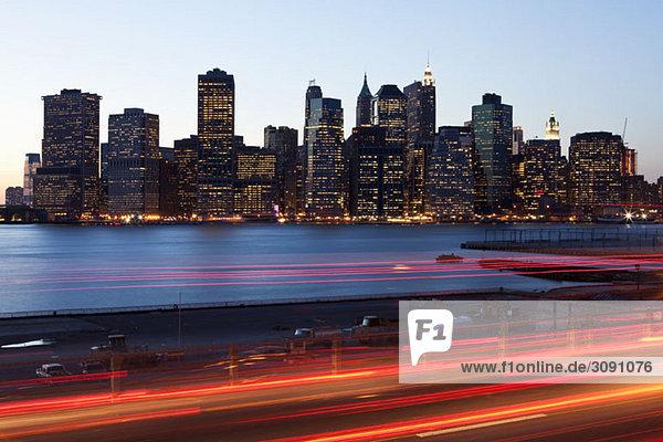 Verkehr und Stadtbild in der Dämmerung  Manhattan  New York City  NY  USA