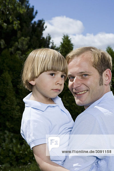 Ein Vater hält seinen Sohn  Porträt