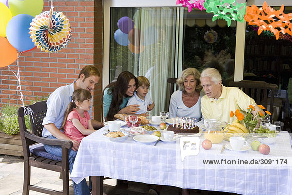 Eine Mehrgenerationen-Familie feiert Geburtstag  im Freien