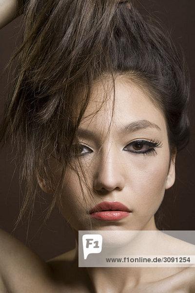 Porträt eines jungen Mädchens mit hochgezogenem Haar