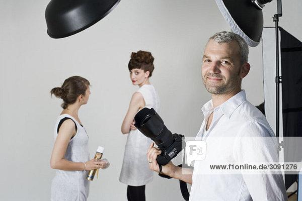 Portrait eines Fotografen bei einem Modeshooting