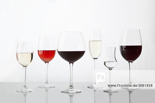 Reihengläser mit verschiedenen Weinen Reihengläser mit verschiedenen Weinen