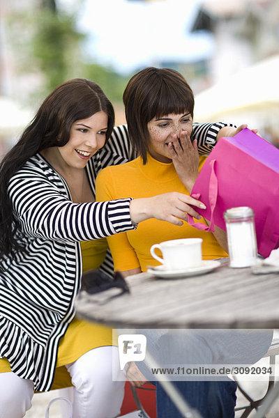 Freundinnen machen eine Einkaufspause