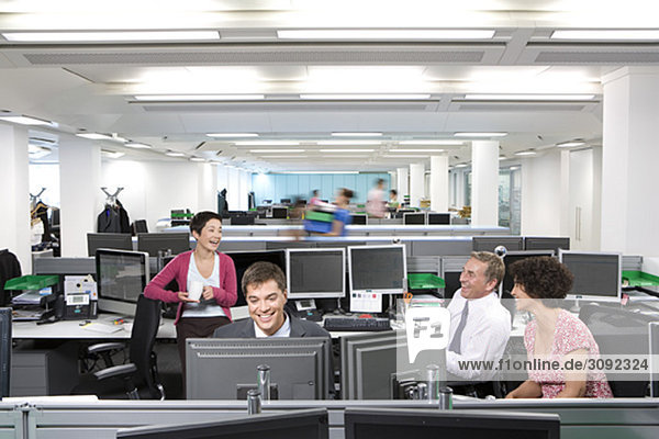 Vier Kollegen im Gespräch bei der Arbeit