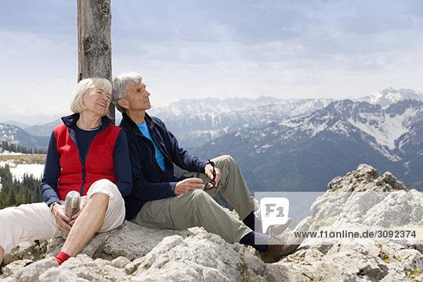 Seniorenpaar auf dem Berggipfel