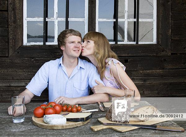 Paar beim Essen  Küssen im Freien