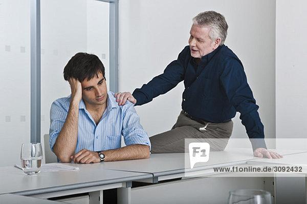 Mann tröstender Arbeitskollege