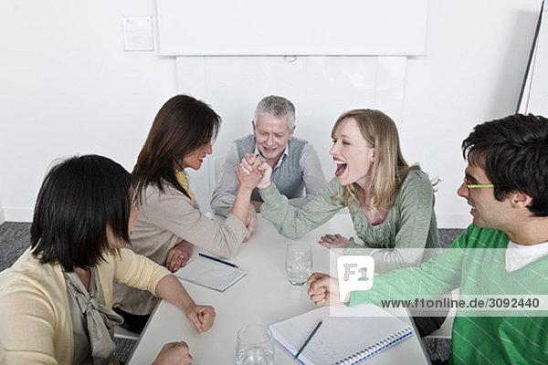 Armdrücken im Gruppentreffen
