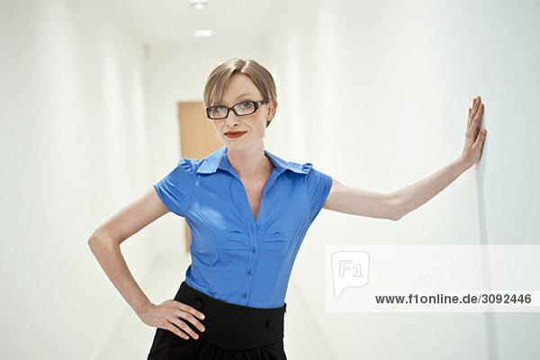 Frau im weißen Korridor