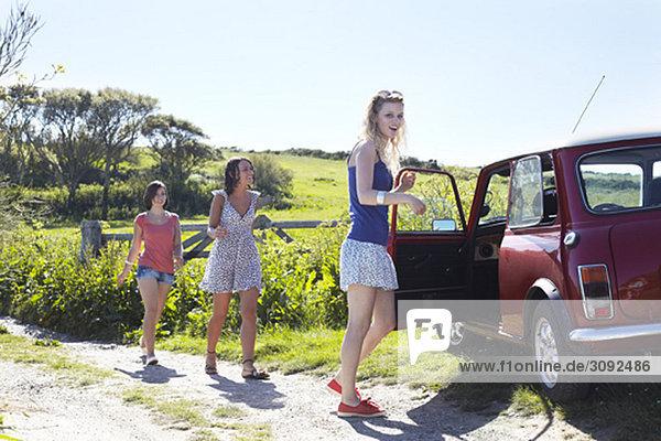 Freunde  die zum Auto gehen