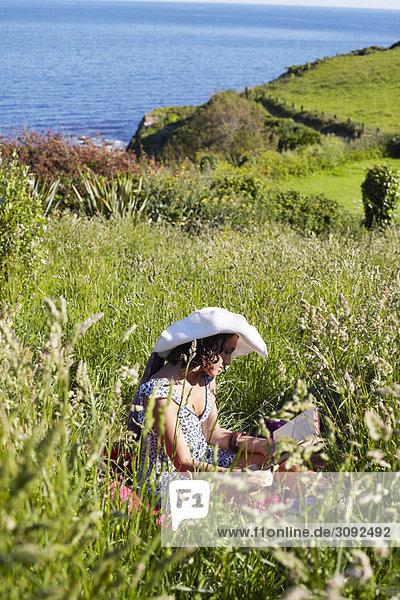 Ein Mädchen in einem Feld Lesung
