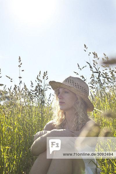Ein Mädchen auf einem Feld