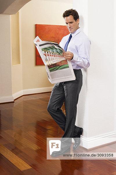 Geschäftsmann Zeitung vorlesen