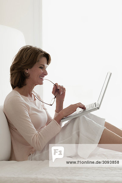 Frau Notebook lächeln arbeiten
