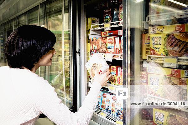 Frau einkaufen im Supermarkt