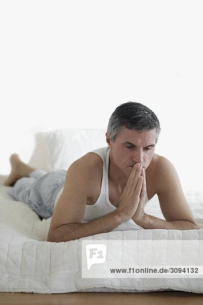 liegend liegen liegt liegendes liegender liegende daliegen Mann Bett denken