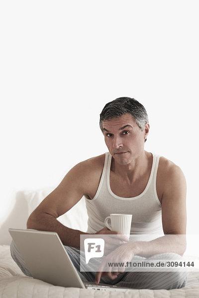 Portrait Mann Notebook arbeiten Bett