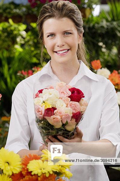 Blumenstrauß Strauß Frau Blume lächeln halten