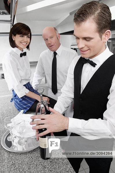 Öffnen einer Weinflasche Kellner