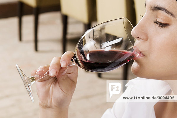 Geschäftsfrau trinken Wein Geschäftsfrau trinken Wein