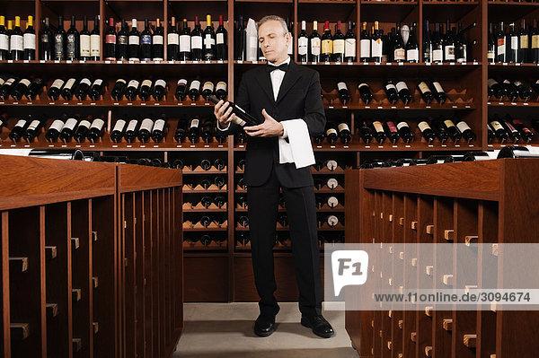 Geschäftsmann Wein halten Flasche