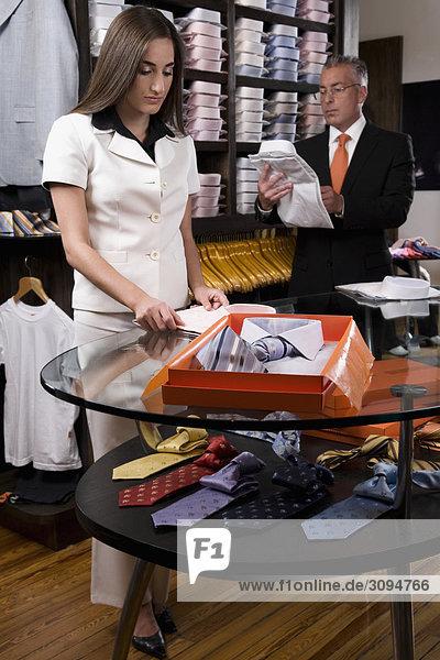 Verkäufer mit einem Kunden in einem Bekleidungsgeschäft